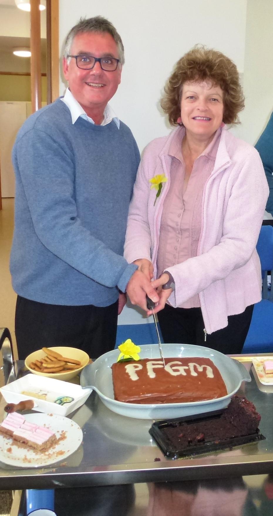 Bill & Julia cutting the cake